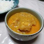 広島の地酒、小笹屋竹鶴番外編 純米原酒 中生新千本の熱燗で鶏むね肉と玉ねぎのスパイスカレーやキャベツとじゃがいものサブジをいただく