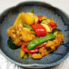 徳島の地酒、旭若松 純米無濾過生原酒 雄町 2号の熱燗で鶏肉と野菜の黒酢あんかけや筑前煮をいただく