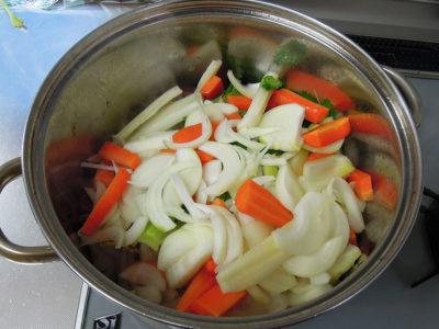 野菜を加えて、さらに炒める