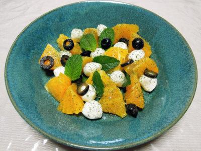 細かくしたレモンバームをちらしたモッツァレラチーズのサラダ