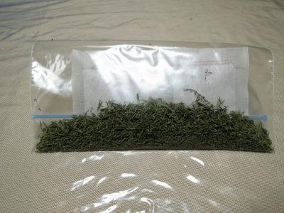 乾燥剤とともにジッパー付き保存袋に入れて冷蔵庫で保存