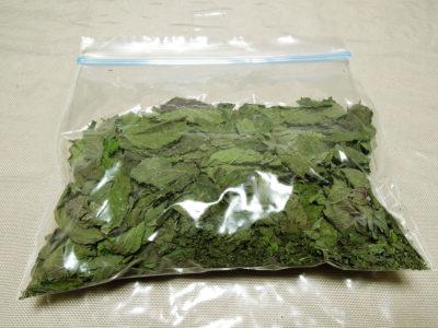 乾燥したミント ベリーズ&クリームを乾燥剤とともにジッパー付き保存袋に入れて冷蔵庫で保存する