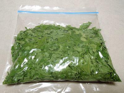 乾燥させたワイルドストロベリーの葉を乾燥剤とともに保存袋に入れて保存する