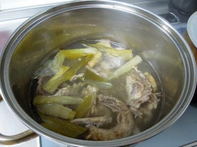 下処理した鶏がらを煮込んでスープをとる