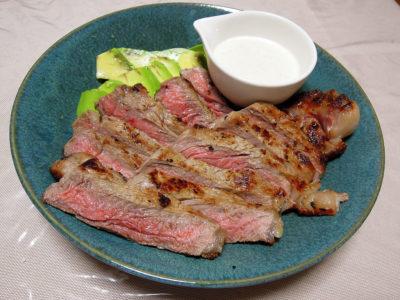 肉にもソースにもケフィアを使ったサーロインステーキ