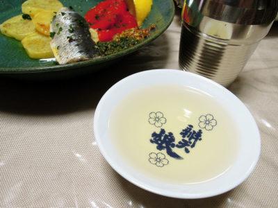 睡龍の熱燗で豆腐とトマトとわかめの酒粕炒めやいわしのオイル漬け、キビレ鯛のあら汁をいただく