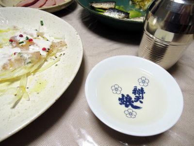 長珍の熱燗でいわしのオイル漬けと自家製ザワークラウト、ほうぼうのカルパッチョ ヨーグルトソースをいただく