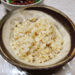 プレバイオティクスも意識しつつ、田中農場のコシヒカリの玄米を土鍋で炊いて、すずきの西京焼きやくじらの大和煮でいただく