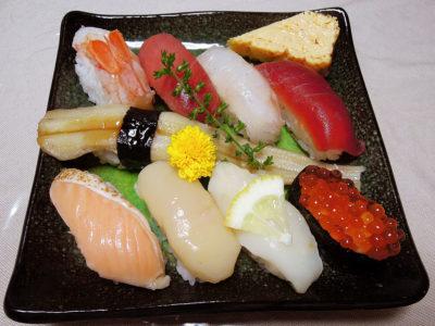 皿に盛った吉川水産の海鮮寿司・花よしにぎり