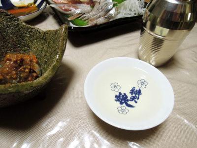 木戸泉のぬる燗で自家製キムチやっこ、いわしのりゅうきゅう(だし麹和え)やほうぼうの炙りといわしの刺身などをいただく