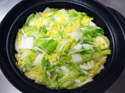 自家製キムチをつくるため、前日に白菜の下処理をする