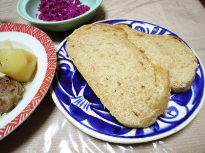 アイリッシュシチューと自家製レーズン酵母でつくったカンパーニュ風のパン
