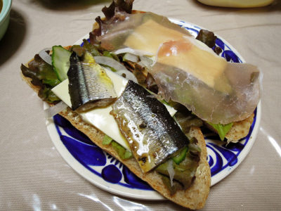 さんまのオイル漬けや生ハム、チーズをのせたレーズン酵母のパン