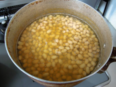 大豆を18時間以上水につけてから4時間ほど煮る