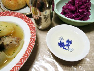 ひこ孫原酒の熱燗で、アイリッシュシチューと紫(赤)キャベツの自家製ザワークラウト、自家製レーズン酵母でつくったクッペ風のパンをいただく