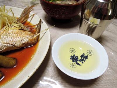 冨玲の熱燗で真鯛のかぶと煮(あら炊き)や赤尾あじのあらの味噌汁をいただく