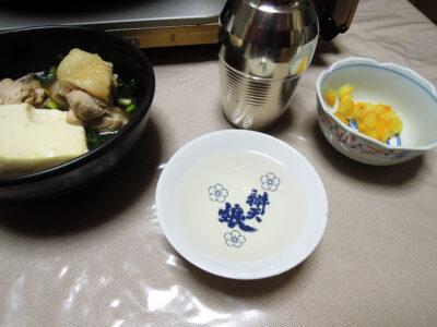 瑞冠の熱燗で自家製塩ゆずを薬味にした白濁鶏がらスープの水炊きをいただく