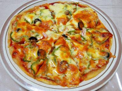 レーズン酵母を使ったピザ生地で焼いたピザ