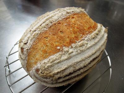 楕円型のバヌトンを使って焼いたパン