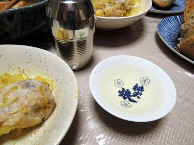 千代田蔵の熱燗でザワークラウトキムチ、ザワークラウトと鶏手羽元のオイル蒸し、バジルが香るゆず酵母のカンパーニュをいただく