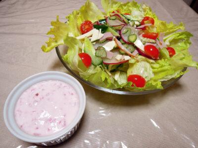 発酵紅芯大根を使ったヨーグルトソースのサラダ