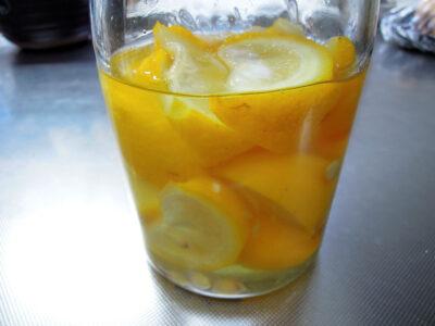 煮沸消毒した保存容器にゆずと水ときび糖を入れ酵母を起こす