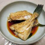 鳥取の地酒、冨玲 特別純米 阿波山田錦 H21BYの熱燗でうまづらはぎの煮つけやバター焼きをいただく