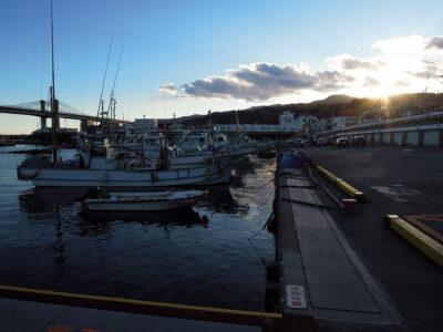 夕暮れの早川港
