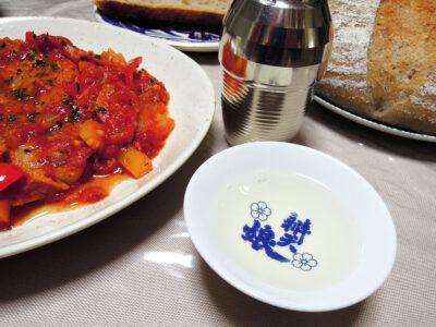 秋鹿の熱燗で豚ロースのピッツァソース煮や自家製さつまいも酵母のカンパーニュをいただく