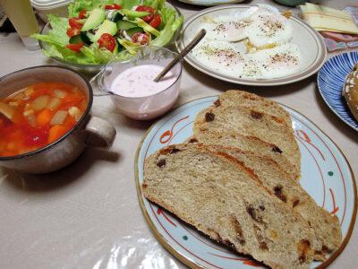 昼食にカンパーニュとヨーグルトソースのサラダ、トマトスープ、目玉焼き、チーズ、ハムをいただく