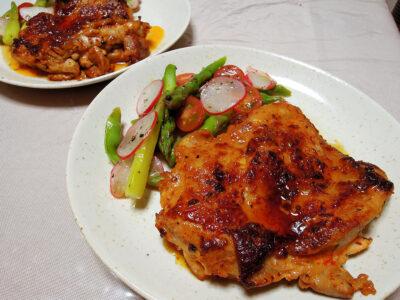 ハリッサとヨーグルトに漬けた鶏もも肉のソテーと彩野菜のマリネ
