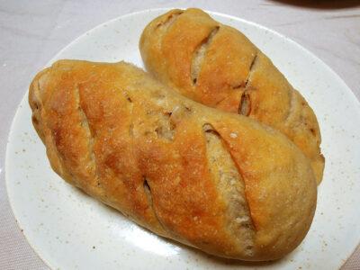 ドライイチジクと3種のレーズンを練り込んだ自家製いちご酵母のパン