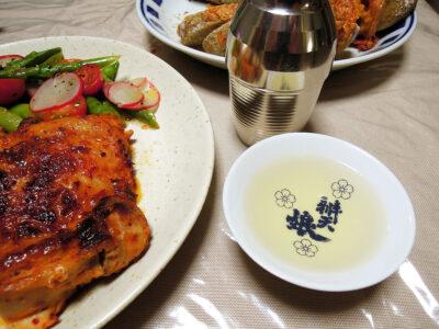 睡龍の熱燗でハリッサとヨーグルトに漬けた鶏もも肉のソテーやフェンネル酵母のジェノベーゼカンパーニュをいただく