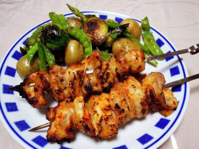 ハリッサとヨーグルトのタレに漬けた鶏もも肉の串焼き