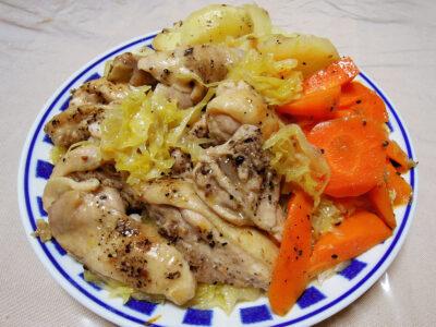 骨付き鶏もも肉のぶつ切りと自家製ザワークラウトのオイル蒸し