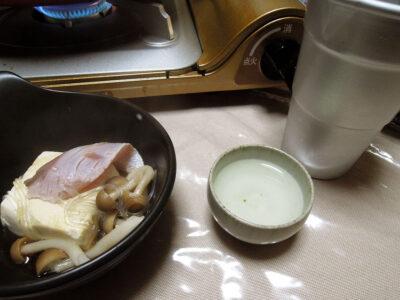 鶴乃里の冷酒でいなだのカルパッチョやしゃぶしゃぶをいただく