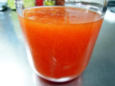 仕込んだばかりのオレンジ色のにんじん酵母エキス