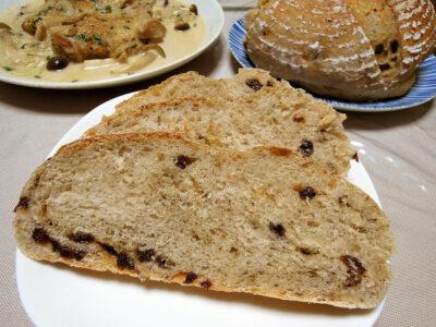 この日に焼いたカレンズとクミンシードを練り込んだ自家製レーズン酵母のカンパーニュ