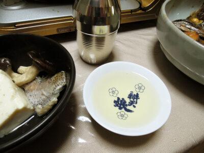 扶桑鶴の熱燗で黒むつの煮つけやちり鍋をいただく