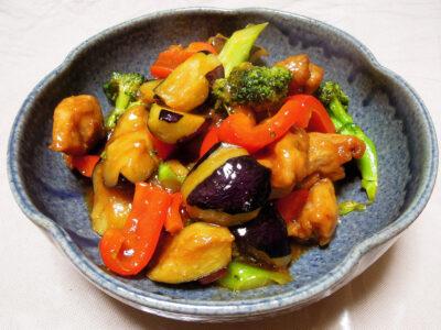 鶏もも肉と彩野菜の黒酢あんかけ