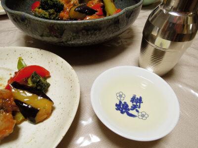 十旭日の熱燗で自家製発酵ピクルスや鶏もも肉と彩野菜の黒酢あんかけをいただく