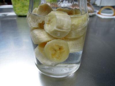 スーパーで購入した安いバナナと水で酵母を起こす