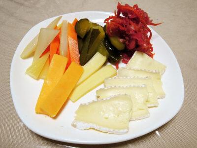 ブリー、ゴーダ、レッドチェダーの3種のチーズと自家製発酵ピクルス、ミックス・ザワークラウトの盛り合わせ