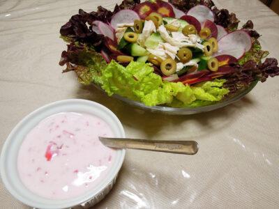 定番のヨーグルトソースとサラダ