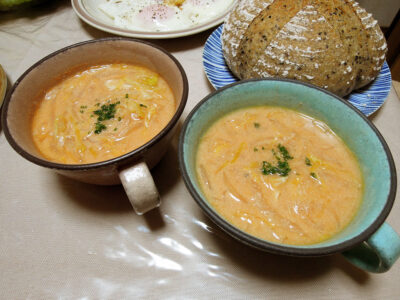 白菜と玉ねぎを入れた豆乳トマトスープ