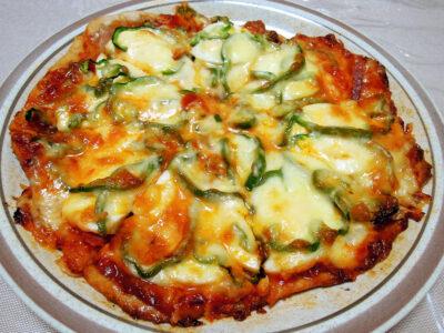 自家製フェンネル酵母を使った生地で焼いたピザ