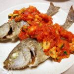 愛知の地酒、長珍 純米吟醸 無濾過・本生 生生熟成5055 R1BYの常温で佐島漁港で買ってきた鯛のカルパッチョ、卵の煮つけ、頭のオーブン焼き、いさきのから揚げ トマトソースをいただく