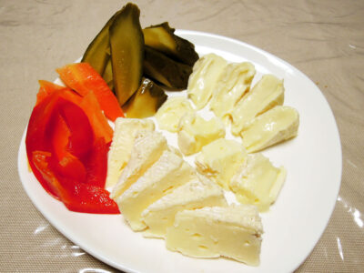 3種の白カビチーズと自家製発酵ピクルスの盛り合わせ