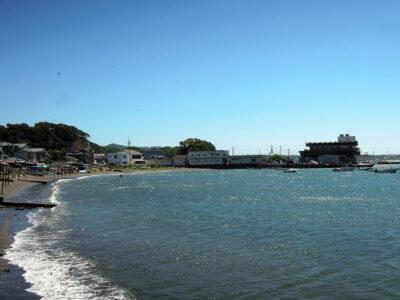 佐島マリーナ入口バス停付近から佐島漁港方向の展望