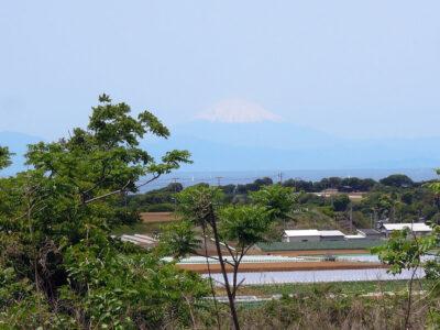 北尾根入口を出た先で視界が開け薄っすら富士山が見えた